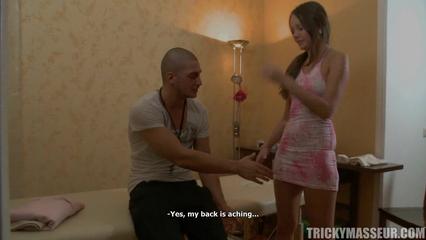 Грубый массажист взял знакомую девушку прямо на кушетке