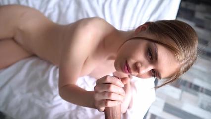 Красивая девушка в порно трахается с парнем утром на кровати