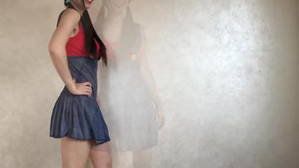 Дамочка в костюме марио сует дилдо в свою возбужденную письку