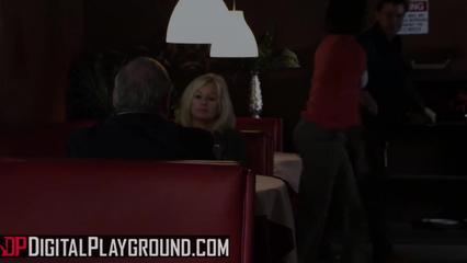 Блондинка с круглыми буферами ловит кайф от траха с поклонником